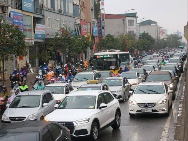 Hà Nội: Mưa mù giăng kín lối, đường ùn tắc kéo dài trong ngày đầu đi làm sau nghỉ Tết