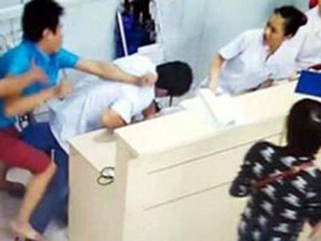 Bị nhắc nhở không được trèo lan can quay phim, chồng sản phụ đánh bác sĩ mổ đẻ cho vợ