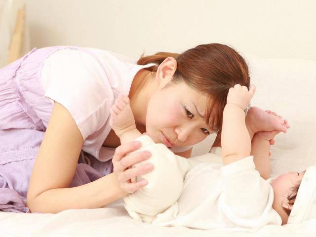 Trẻ sơ sinh đi ngoài có mùi, nguyên nhân do đâu?