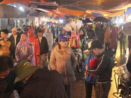 """Hàng nghìn người dân đội mưa đi """"sắm"""" đồ ở chợ Viềng cầu may"""