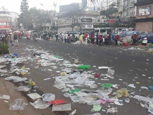 """Người dân thành phố """"Đà Lạt mộng mơ"""" ngỡ ngàng, bức xúc khi khu chợ ngập rác sau Tết"""
