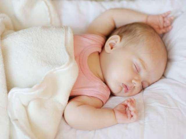 Cách giúp trẻ sơ sinh ngủ không sâu giấc, hay vặn mình nhanh chóng chìm vào giấc ngủ