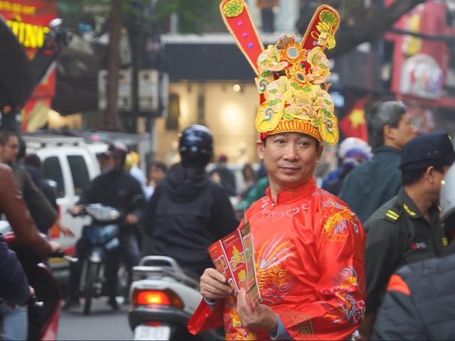 Mặc kệ trời mưa, người dân Hà Nội vẫn kiên trì xếp hàng từ sáng sớm để mua vàng