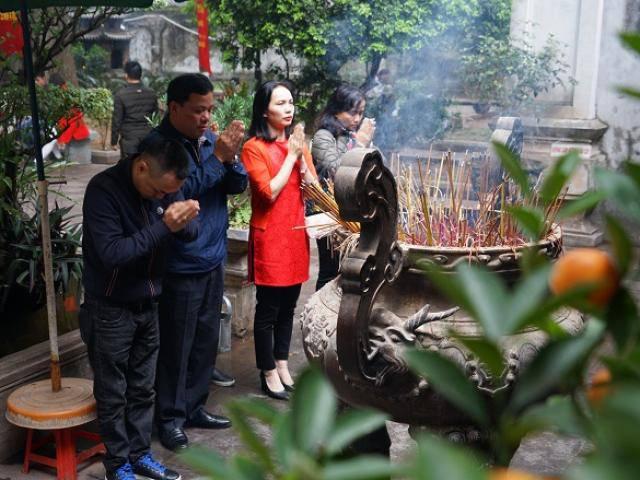 Dân công sở Hà Nội tranh thủ giờ nghỉ trưa đi lễ chùa cầu may trước ngày rằm tháng Giêng