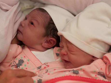 Bà mẹ quyết có cặp song sinh từ tinh trùng con trai quá cố để   nuôi con thêm lần nữa