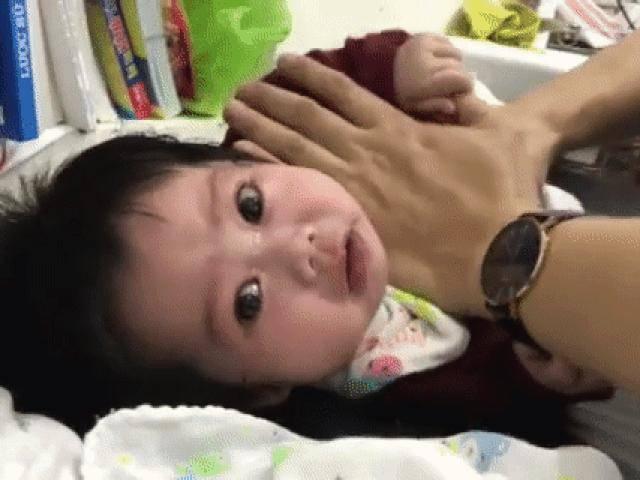 Vỗ rung long đờm, mẹ bỉm sữa rùng mình nhưng bé 4 tháng lại khỏi dứt viêm tiểu phế quản