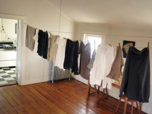 Rước bệnh vì thói quen phơi, sấy quần áo ẩm trong nhà vào mùa nồm