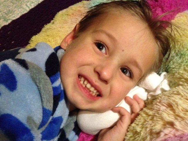 Dùng muối và tất sạch - Cách chữa viêm tai giữa cho trẻ cực hiệu quả