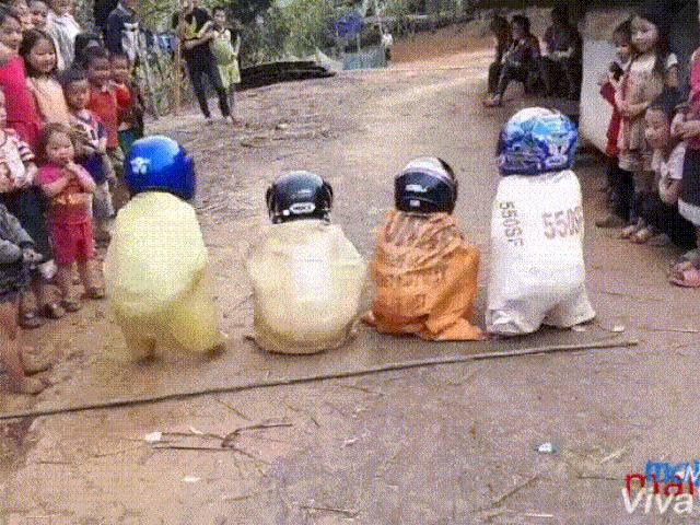 Đội mũ bảo hiểm nhảy lò cò trong bao, lũ trẻ ngã lộn nhào khiến người xem cười đau ruột