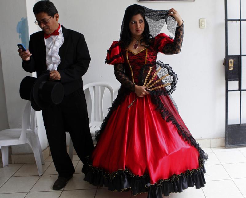 Cô dâu nước Peru mặc váy cưới 2 tông đỏ và đen và trang trí ren trong ngày cưới.