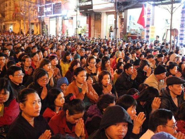 Hàng nghìn người chen lấn nhau xin lộc tại chùa Phúc Khánh sau lễ cầu an