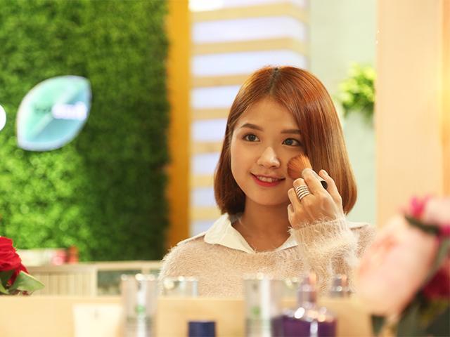 Làn da đẹp tự nhiên của ca sĩ Em đã biết khiến diễn viên Vân Trang cũng phải ghen tị