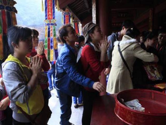 Công đức ở đền chùa: Có nên cầu trúng số, buôn may bán đắt?