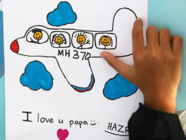 4 năm vụ MH370 mất tích bí ẩn: Cậu bé 7 tuổi vẫn tin bố làm ở xa chưa về