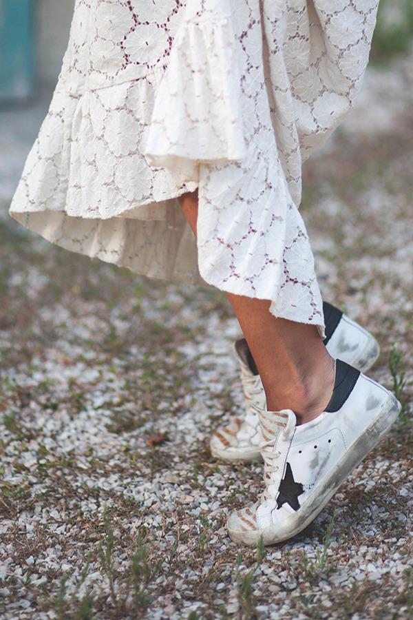 Mẹo xử lý vết ố bẩn, bã kẹo cao su trên giày chị em nên biết!