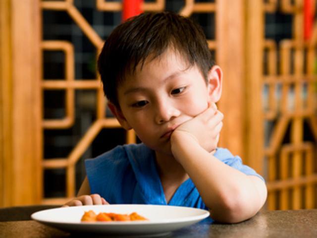 Bé chỉ thích ăn rau trứng, không ăn thịt cá, mẹ phải làm gì?