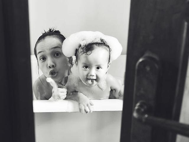 Ông bố Sài Gòn canh suốt 2 tuần để chụp bộ ảnh tặng vợ và con gái nhân dịp 8/3