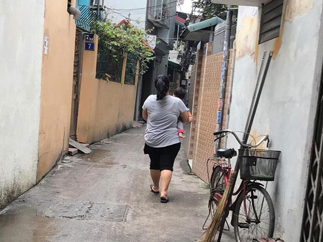 Câu chuyện đằng sau bóng lưng một mẹ xề bế con khiến nghìn chị em Việt đồng cảm