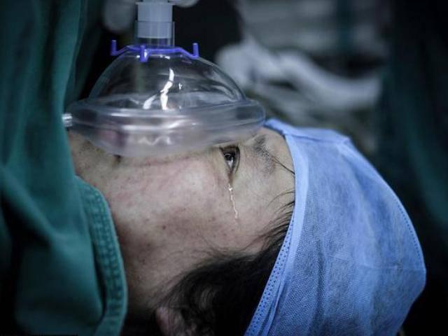 Bị liệt nửa người, bà mẹ 48 tuổi vẫn cố đẻ sinh đôi vì lý do ai cũng cảm phục