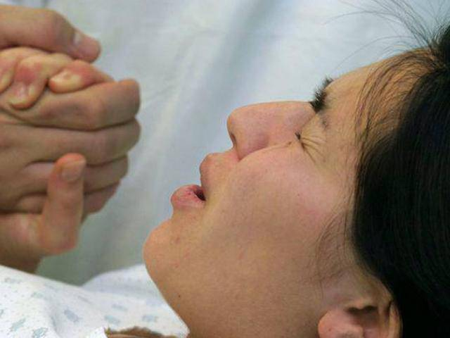 Đỡ đẻ cho con dâu tại nhà, mẹ chồng dùng dao rạch tầng sinh môn không may rách đầu cháu