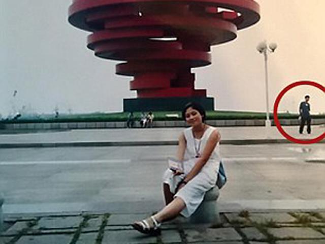 Cô gái sốc khi phát hiện chồng xuất hiện trong bức ảnh của mình từ 18 năm trước