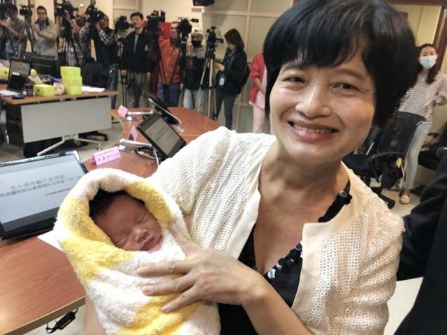 36 năm sau khi sinh con đầu lòng, bà mẹ 62 tuổi đẻ thường đứa con thứ 2