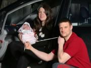 Vợ đẻ rơi trên xe, chồng tức tốc lấy dây giày thắt dây rốn cho con