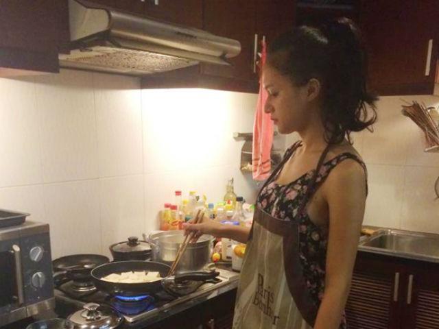 Bị kêu rửa rau như giặt đồ, Tân Hoa hậu Chuyển giới Hương Giang vẫn không ngừng vào bếp