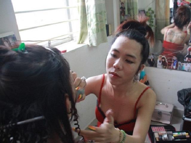 Từ vương miện của Hương Giang đến ước mơ giản dị của những cô gái chuyển giới Việt