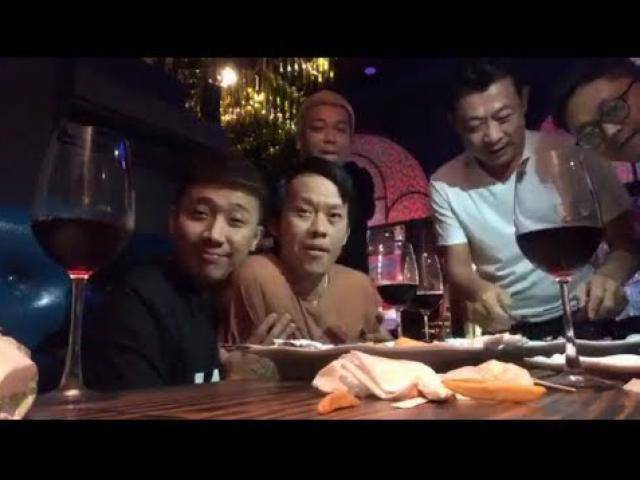 Trấn Thành livestream: Hoài Linh mặc áo bà ba, ăn đồ Tây ở quán Vân Sơn