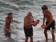 """Bà mẹ đẻ con ngay khi đang tắm biển khiến cư dân mạng  """" không thốt nên lời """""""