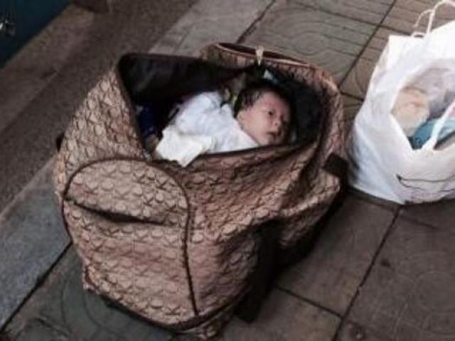 Nhặt được em bé sơ sinh trước cửa nhà, cặp vợ chồng sốc nặng khi biết đó là ai