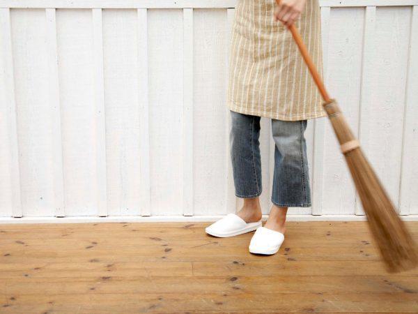 Những lỗi sai phong thủy nghiêm trọng khi đặt chổi quét nhà trước cửa