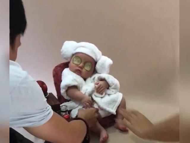 Đi chụp ảnh mà buồn ngủ quá, em bé chợp mắt sâu vô tình tạo dáng bá đạo
