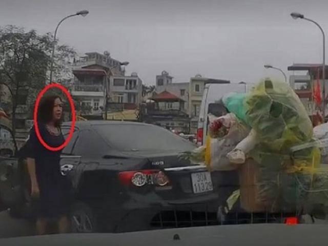 Nữ tài xế thản nhiên quay đầu xe trên cầu chật hẹp, rồi còn lớn tiếng chửi người đi đường
