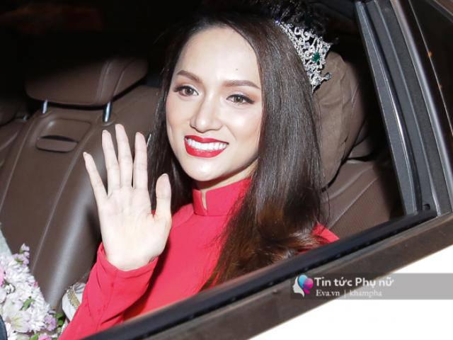 Tân Hoa hậu Hương Giang mặc quốc phục, tươi rói trở về trong vòng vây người hâm mộ
