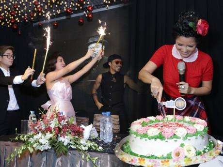 Diva Hồng Nhung bất ngờ, sung sướng khi được tổ chức sinh nhật tuổi 48 ngay ở sự kiện