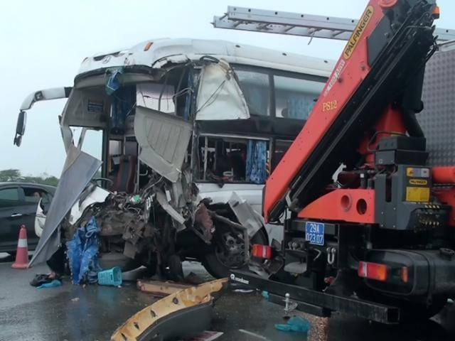 Xe cứu hỏa đụng xe giường nằm trên cao tốc Pháp Vân – Cầu Giẽ khiến nhiều người bị thương