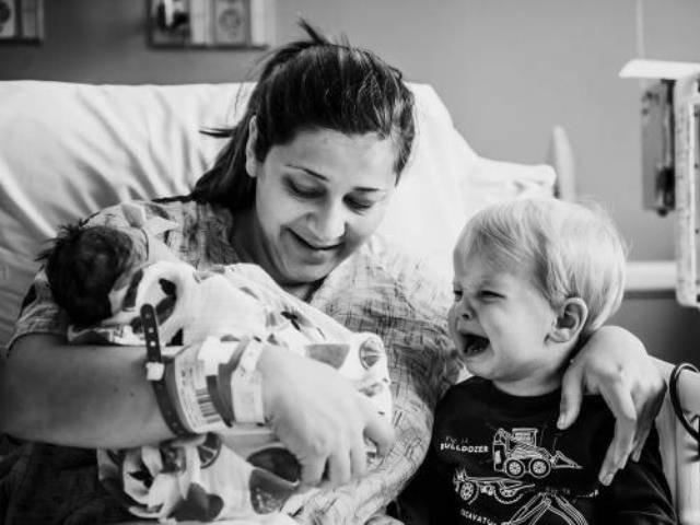 Phản ứng của bé trai khi thấy mẹ sinh thêm em: Cả thế giới sụp đổ trước mắt!