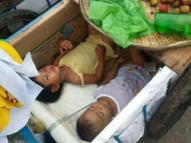 Câu chuyện xúc động về hai đứa trẻ ngủ ngon trong thùng xe hoa quả của mẹ