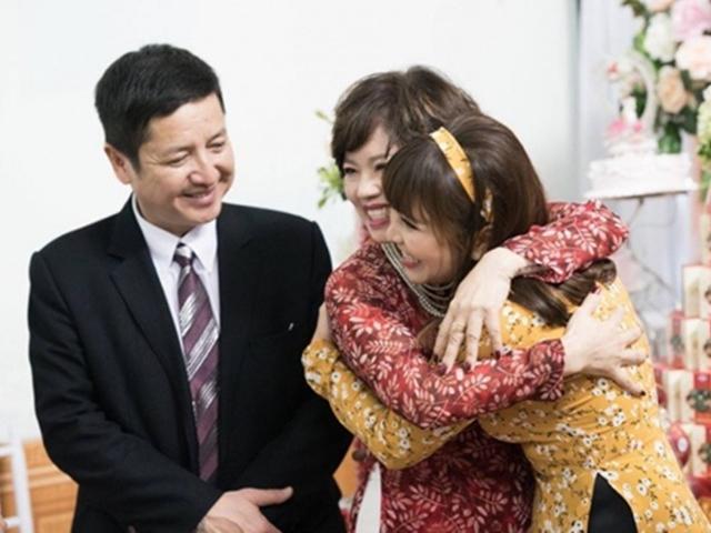 Vợ chồng Chí Trung cười tươi hết nấc trong ngày ăn hỏi của con trai út