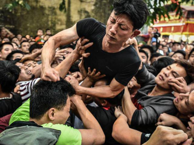 Bóp cổ, đấm nhau chảy máu mồm trong lễ hội giằng bông ở Hà Nội