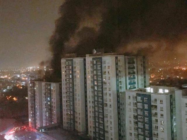 Clip: Kinh hoàng hiện trường vụ cháy chung cư Carina Plaza Võ Văn Kiệt khiến 13 người chết