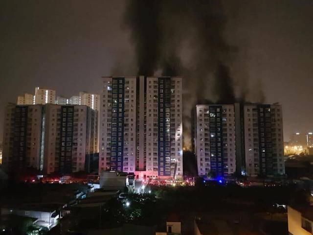 Xe cứu hỏa nối đuôi nhau cứu nạn đám cháy lớn giữa đêm tại chung cư Carina Plaza quận 8