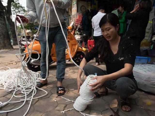 Dân đổ xô đi mua mặt nạ phòng độc, thang dây sau vụ cháy chung cư ở Sài Gòn