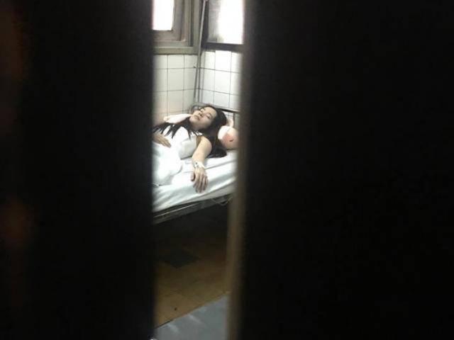 Bạn thân Nam Em chia sẻ hình ảnh cô tiều tụy, phải truyền nước tại bệnh viện