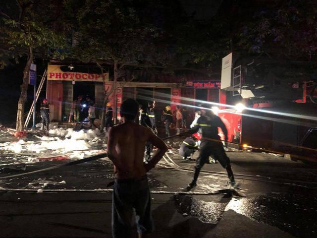 Cặp vợ chồng la hét cầu cứu trong ngôi nhà bốc cháy giữa đêm, con nhỏ 2 tuổi tử vong