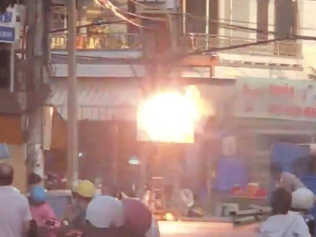 Cột điện nổ như bỏng ngô, khói bốc nghi ngút giữa ngã tư khiến người dân hoảng sợ