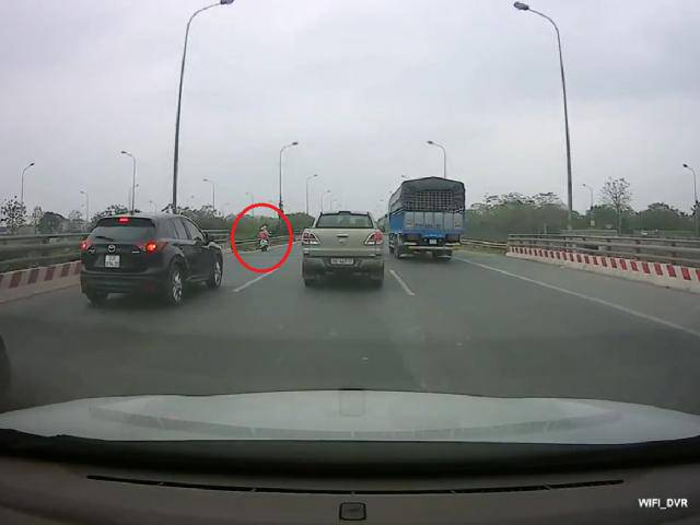 Mẹ chở con nhỏ đi xe máy nhầm vào đường cao tốc, nam tài xế có hành động bất ngờ