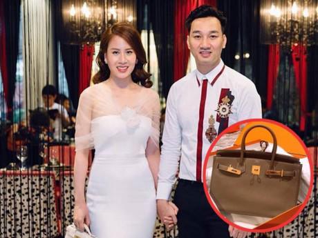 """""""Phát hờn"""" khi MC Thành Trung tặng túi xách đắt tiền nhân dịp sinh nhật bà xã 9X"""